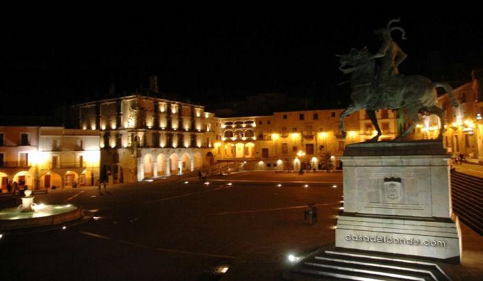 Plaza de Trujillo noche
